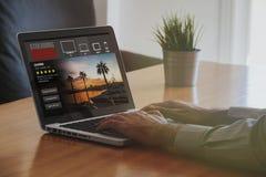 Seriale telewizyjni leje się usługa: Laptop z lać się websLaptop komputer z lać się serii stronę internetową w ekranie Obrazy Stock