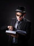 Seriamente adolescente vestido en libro de lectura del traje Fotografía de archivo libre de regalías