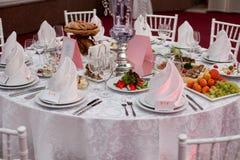 Serido para uma tabela de banquete Vidros de vinho com guardanapo, vidros Fotos de Stock Royalty Free