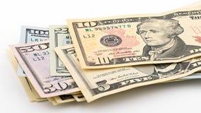 Serie amerikanska pengar 5,10, 20, 50, ny räkning för dollar 100 på den snabba banan för vit bakgrund HögUSA-sedel Royaltyfri Foto