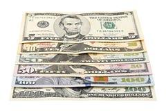 Serie amerikanska pengar 5,10, 20, 50, ny räkning för dollar 100 på den snabba banan för vit bakgrund HögUSA-sedel Arkivfoton