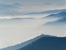 Serie av bergs och kulles profiler som omges vid hösten mi Arkivbild