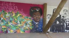 Serie av besprutade grafitti på väggen av en byggnad arkivfilmer