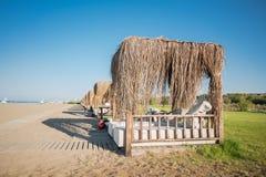 Serie av bungalower på den sandiga havskusten Arkivfoton