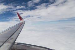 Serie av den sceniska atmosfärsikten från plant fönster under flyg Arkivfoto