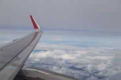 Serie av den sceniska atmosfärsikten från plant fönster under flyg Royaltyfri Bild