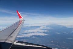 Serie av den sceniska atmosfärsikten från plant fönster under flyg Arkivfoton