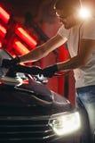 Serie av detaljerade bilar: Polering av en bil Royaltyfria Bilder