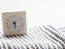 Serie av en enkel vit parallell klocka på filten, 2/15 Royaltyfria Foton
