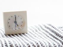 Serie av en enkel vit parallell klocka på filten, 1/15 Arkivfoto