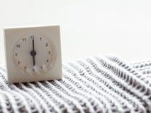 Serie av en enkel vit parallell klocka på filten, 3/15 Arkivbild