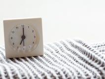 Serie av en enkel vit parallell klocka på filten, 5/15 Fotografering för Bildbyråer