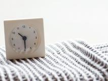 Serie av en enkel vit parallell klocka på filten, 12/15 Fotografering för Bildbyråer