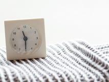Serie av en enkel vit parallell klocka på filten, 14/15 Royaltyfri Fotografi