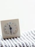 Serie av en enkel vit parallell klocka på filten, 14/15 Arkivfoton