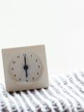 Serie av en enkel vit parallell klocka på filten, 3/15 Arkivbilder