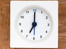 Serie av följden av tid på den enkla vita parallella klockan Arkivbilder