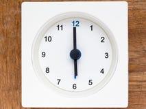 Serie av följden av tid på den enkla vita parallella klockan Arkivfoto