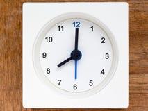 Serie av följden av tid på den enkla vita parallella klockan Arkivbild