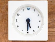 Serie av följden av tid på den enkla vita parallella klockan Fotografering för Bildbyråer