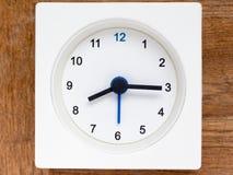 Serie av följden av tid på den enkla vita parallella klockan Arkivfoton