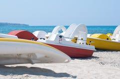 Serie av fartyg med en glidbana på stranden som väntar för att segla Royaltyfri Fotografi