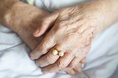 Räcker av gammalare lady med guld- ringa-serier av foto Royaltyfria Foton