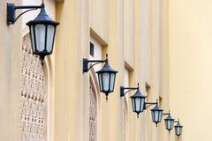 Serie av lyktor på en gul vägg, Dubai Arkivbilder