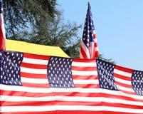 Serie av många amerikanska flaggan med utomhus- blå himmel Royaltyfri Bild