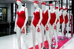 serie av skyltdockor i röda baddräkter försäljning Royaltyfri Foto
