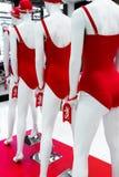 serie av skyltdockor i röda baddräkter försäljning Royaltyfria Foton