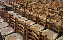 Serie av tomma stolar med sugrörplatsen Arkivfoton