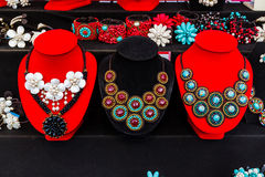 Serie av turkos- och pärlapärlhalsbandet. Royaltyfri Foto