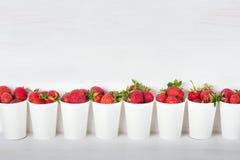 Serie białe papierowe filiżanki z świeżym dojrzałym wyśmienicie słodkim str Obraz Stock