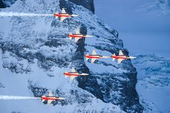 Serie C e Swis-aeronautica che eseguono uno show aereo alla coppa del Mondo dello sci di Lauberhorn Fotografia Stock Libera da Diritti