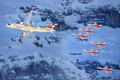 Serie C e Swis-aeronautica che eseguono uno show aereo alla coppa del Mondo dello sci di Lauberhorn Immagine Stock Libera da Diritti