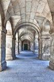 Serie de arcos de piedra que llevan a una puerta foto de archivo