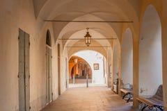 Serie de cámaras acorazadas cruzadas debajo de un pórtico antiguo del municipio pequeño e histórico de Agliè cerca de Turín, en  imagenes de archivo