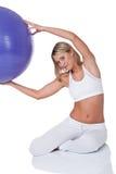 Serie de la aptitud - mujer joven con la bola púrpura Foto de archivo
