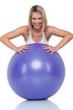 Serie de la aptitud - mujer rubia con la bola púrpura Imagen de archivo