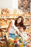 Serie de las compras - madre con el niño fotografía de archivo