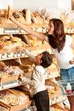 Serie de las compras - mujer joven con el niño Imagen de archivo libre de regalías