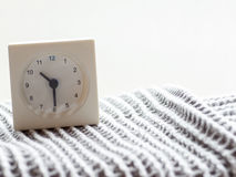 Serie de un reloj análogo blanco simple en la manta, 12/15 Imagen de archivo