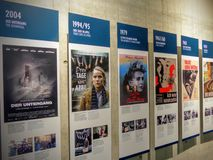 Serie dei manifesti dei film riguardo alla seconda guerra mondiale in topografia del terrore a Berlino germany fotografia stock libera da diritti