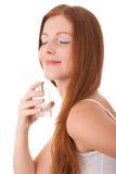 Serie del cuidado de la carrocería - mujer que goza del olor del perfum Fotos de archivo libres de regalías