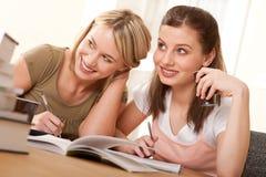 Serie del estudiante - dos muchachas que hacen la preparación Foto de archivo