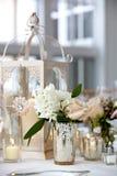 Serie della decorazione della tavola di nozze - mazzo bianco molle e di rosa dei fiori in vasi immagine stock libera da diritti