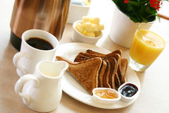 Serie della prima colazione - pane tostato, caffè e spremuta Immagini Stock