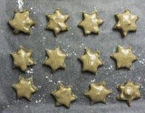 Serie di biscotti glassati della stella della cannella pronti ad essere al forno - horiz Fotografia Stock Libera da Diritti