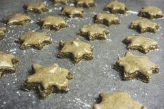 Serie di biscotti glassati della stella della cannella pronti ad essere al forno - horiz Immagine Stock Libera da Diritti